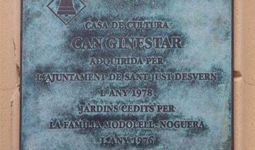 Placa de reconeixement a la família Modolell-Noguera a can Ginestar