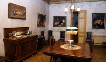 Dormitori estil Alfonsí amb cadires modernistes