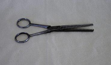 Tisora en forma de serreta per a buidatge del cabell